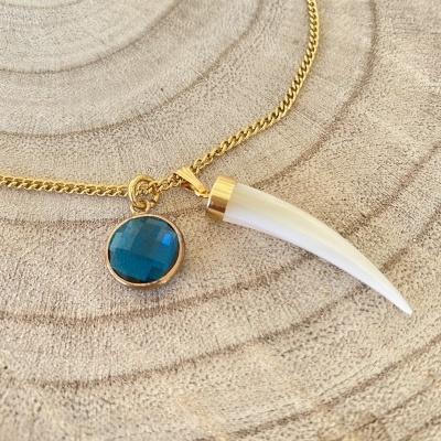 Fio dourado com medalha e pedra azul