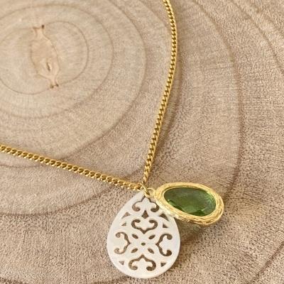 Fio dourado com medalha madrepérola e pedra verde