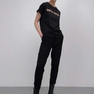 T-shirt preta com estampado metalizado
