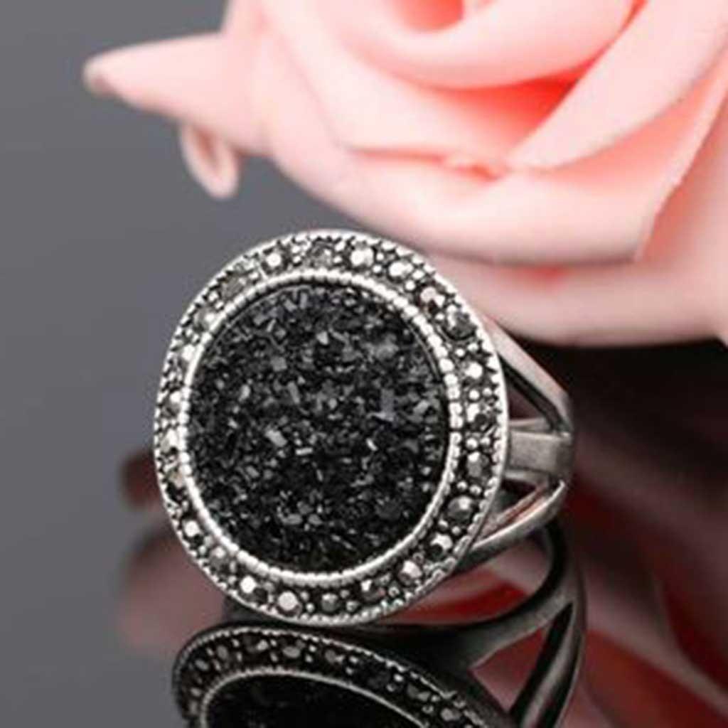 Anel banhado a prata com cristais cinzentos e resina