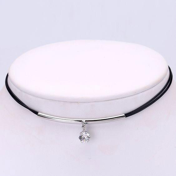 Colar de couro com pingente / pendente de cristal