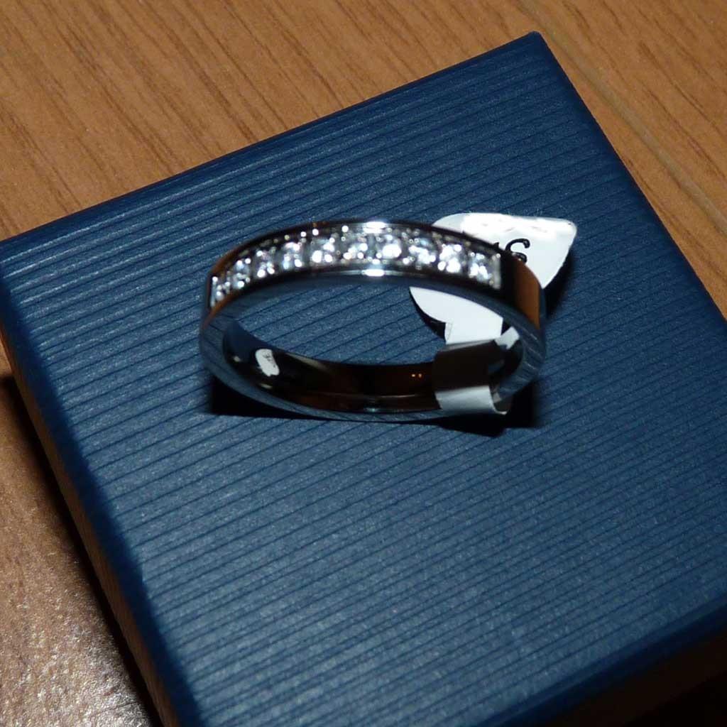 Anel / aliança de aço inoxidável em prata com pedras zircônia cúbica