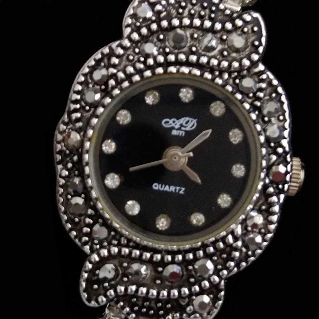 Relógio vintage com marcasitas