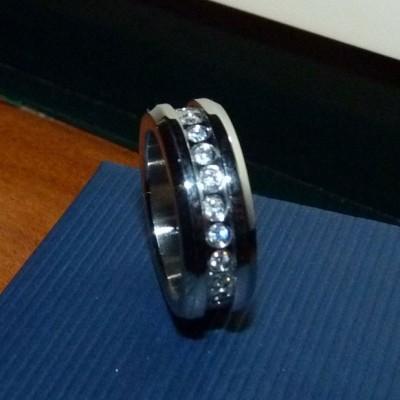 Anel / aliança de aço inoxidável cor prata com pedras zircônia cúbica