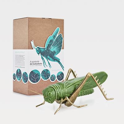 Gafanhoto verde com patas em latão natural - A quietude do Gafanhoto