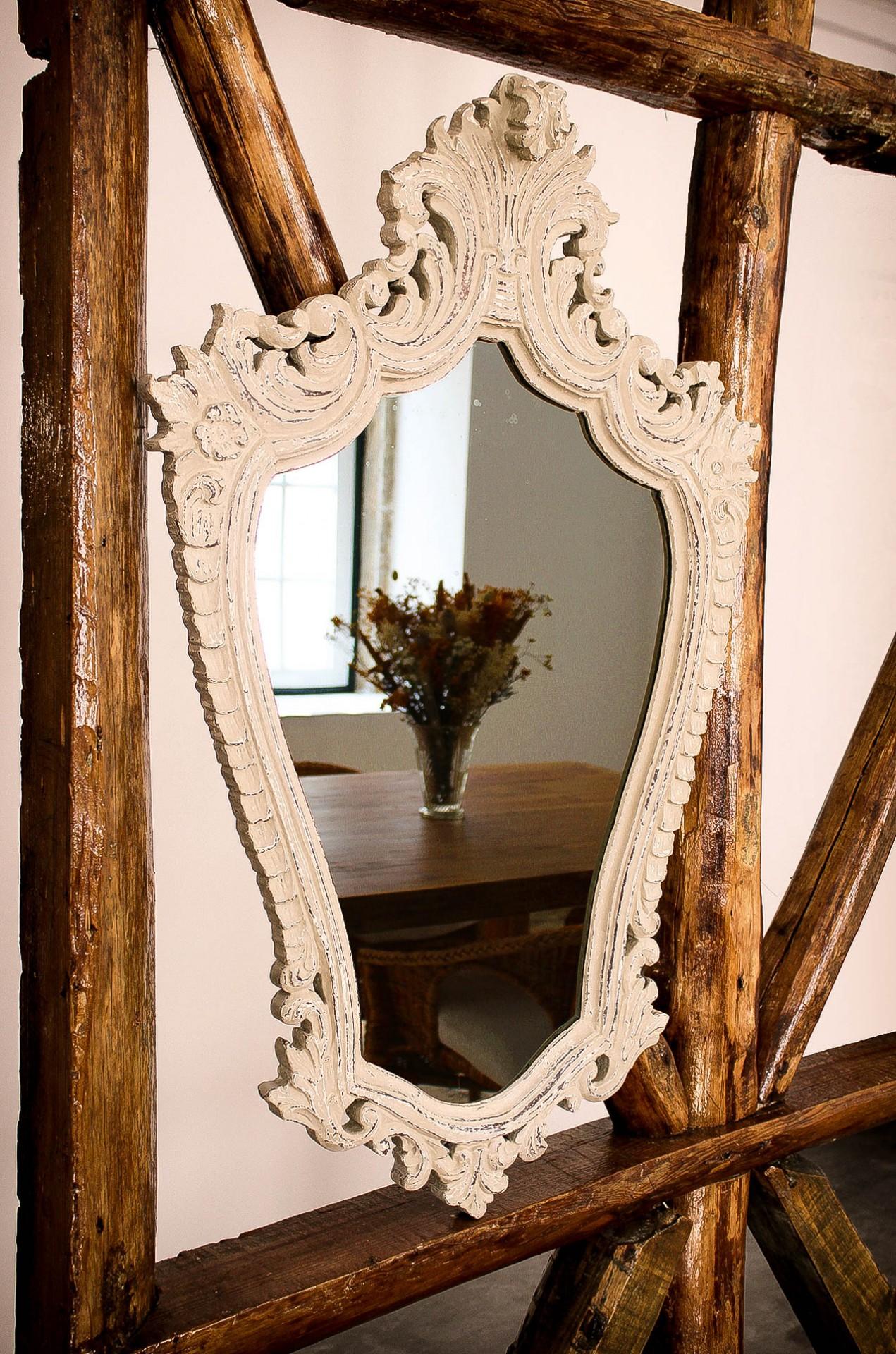 Espelho Trabalhado em Decapê Branco e Bege